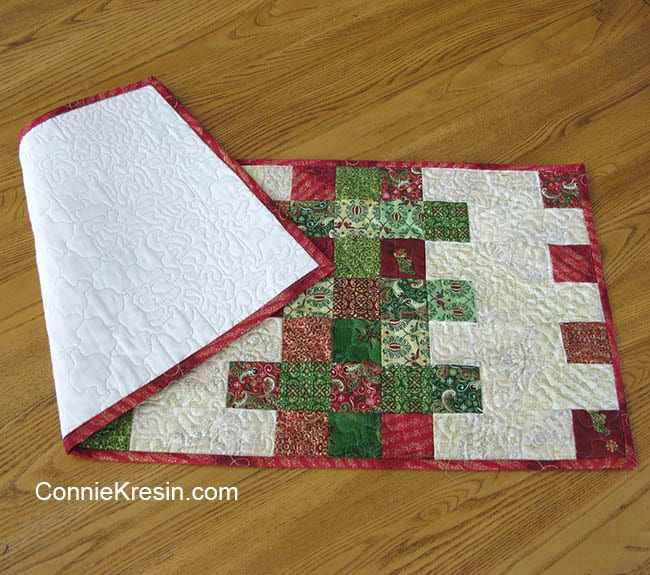 Mini Charm Christmas tablerunner easy to make in Christmas fabric muslin backing