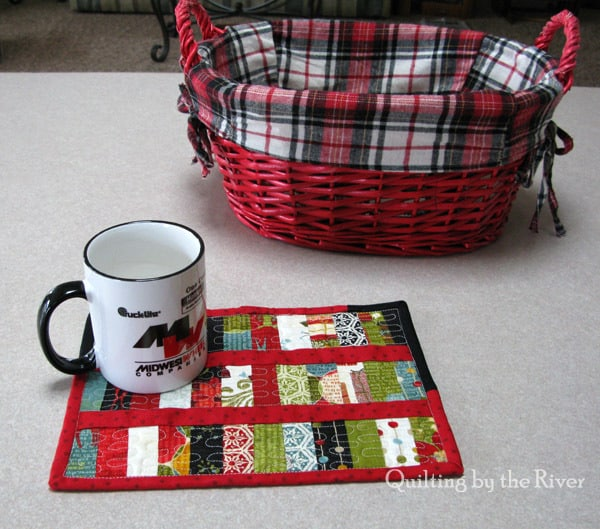 25 free Christmas Quilt Patterns and tutorials Placemats Scrappy Christmas Mug Rug