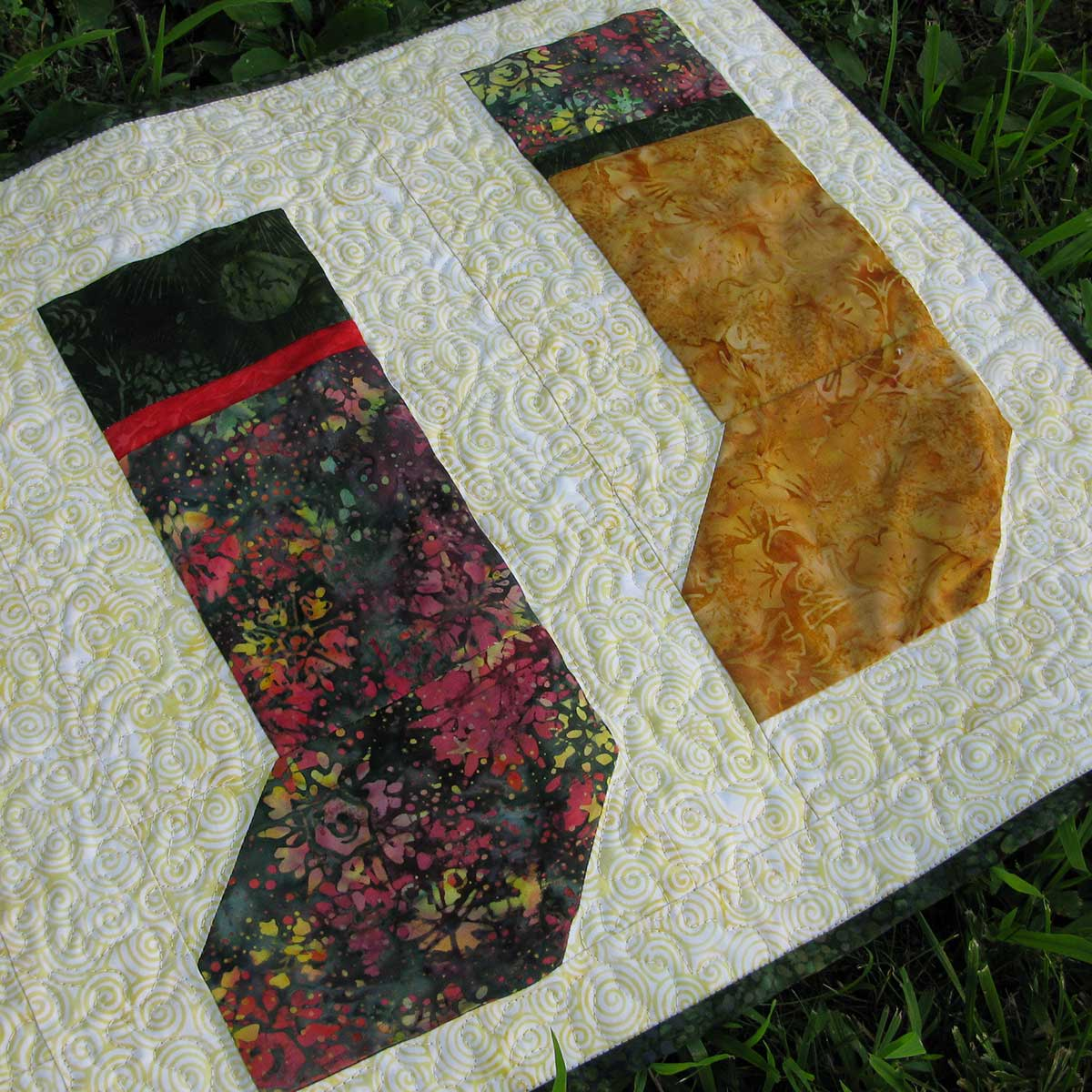 Christmas stockings runner and closeup of the quilting